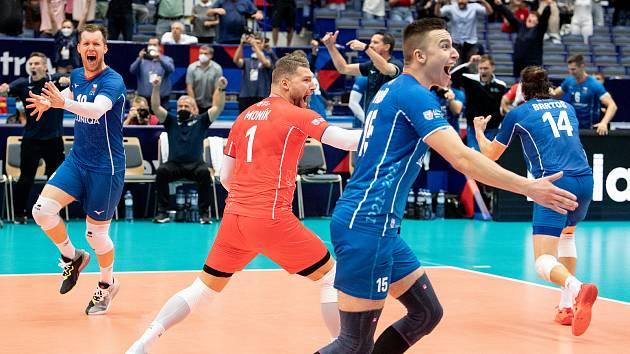 Češti volejbalisté se radují z postupu přes Francii v osmifinále mistrovství Evropy.