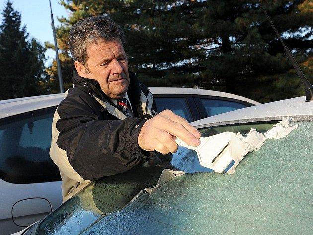 Přízemní mrazy mohou ráno zaskočit řidiče.
