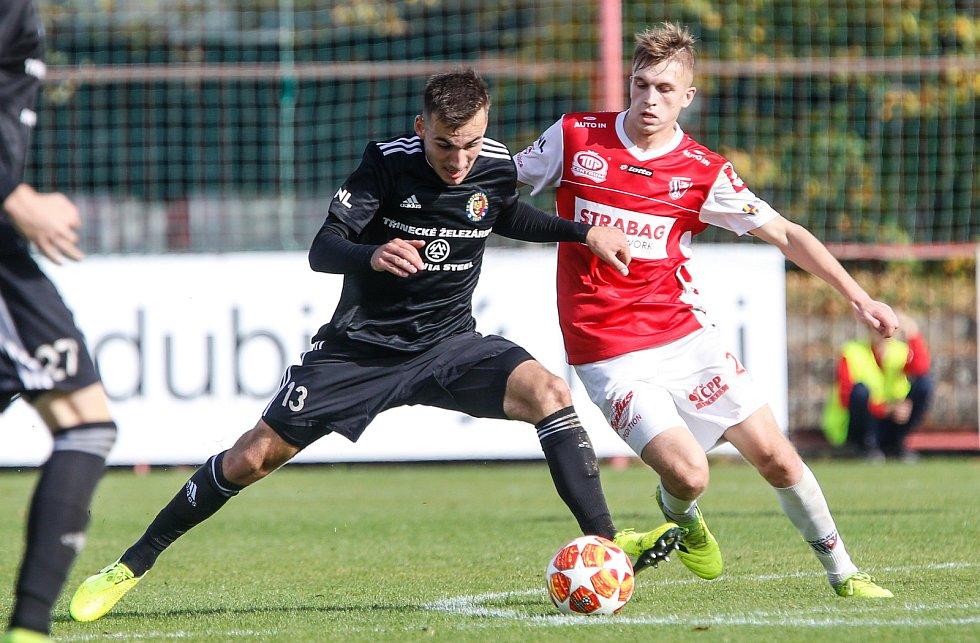 Utkání Fobalové národní ligy mezi FK Pardubice (ve červenobílém) a MFK Vítkovice ( v černém) na hřišti pod Vinicí v Pardubicích.