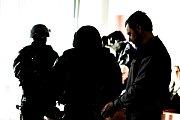 Petra Kramného přivedla do jednací síně ozbrojená vězeňská eskorta.