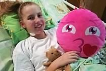 Zkratka PIMS – TS je označení pro vzácné, ale závažné imunitně podmíněné onemocnění dětí, které je navázáno na infekci covid-19. Poprvé jej lékaři popsali vdubnu roku 2020 ve Velké Británii. Ve FN Ostrava zatím úspěšně vyléčili 14 dětských pacientů.