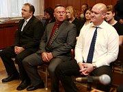 NEVINNI. Soud obžalované (zleva David Baše, Jiří Glac, a Pavel Pizlo) zprostil obžaloby.
