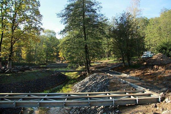 Vrámci úprav byl několik let vypuštěný rybník odbahněn a rozšířen, byly zpevněny břehy hráze. Dále byly rozšířeny dva stávající ostrůvky a vytvořen jeden zcela nový.