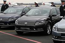 """Dvacet superrychlých aut , která mají na rychlostních komunikacích """"honit"""" neukázněné řidiče, v pondělí převzali čeští dopravní policisté na letišti v Mošnově."""