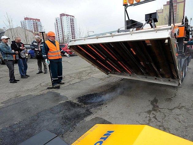 Nový stroj na opravu asfaltových povrchů Silkot 70-80 byl ve středu oficiálně předán do užívání městského obvodu Moravská Ostrava a Přívoz.
