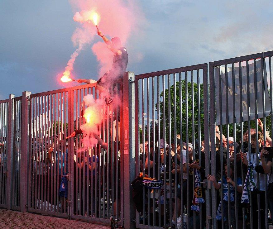Fotbalisté Baníku Ostrava odehráli v sobotu 15. května 2021 utkání 32. ligového kola se Zlínem. Fanoušci Baníku nechyběli ani před branami stadionu.