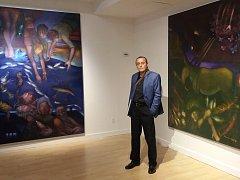 Martin Pawera na výstavě v Galerii Artifact Orchard Street v New Yorku před svými obrazy.
