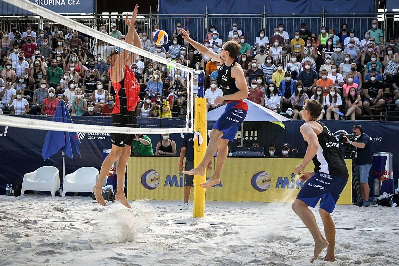 Turnaj Světového okruhu v plážovém volejbalu kategorie 4*, 6. června 2021 v Ostravě. Vítězná dvojice Robert Meeuwsen (vlevo), Alexander Brouwer z Nizozemska proti Ondřej Perušič (vpravo), David Schweiner z ČR.