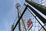 Výškový stožár s anténami operátorů jen pár metrů od bytového domů vadí nájemníkům i radnici.