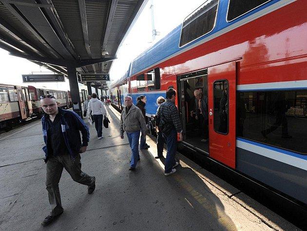 Vlakového spojení mezi Havířovem a Ostravou za symbolickou korunu jen v pondělí ráno využily stovky pasažérů.