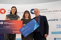 Michaela Hlubková z Petřvaldu (vlevo) a firma CRÉER z Vendryně zastoupená Janou a Markem Bilkovými (vpravo) byli letos oceněni.