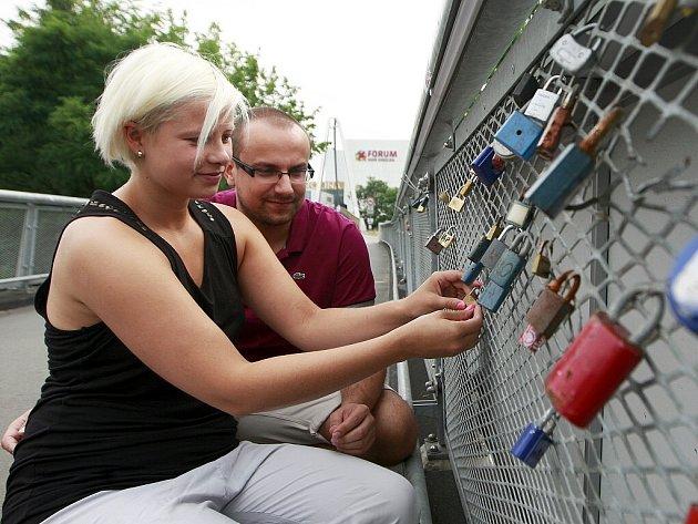 Nový most u Fora Nová Karolina v centru Ostravy neušel pozornosti zamilovaných a je obsypán mnoha zámečky rozličných tvarů a barev.