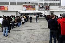 Fanoušci nocovali před ČEZ Arénou. V neděli v deset hodin byl zahájen předprodej vstupenek na dva finálové zápasy v Ostravě, které jsou na programu v pátek a v sobotu.