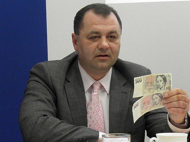 Šéf odboru krajské hospodářské kriminality Martin Válek ukazuje jedny ze zajištěných padělků.