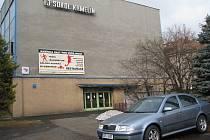 Vysokou škodu za sebou nechal dosud neznámý zlodějíček, který zaúřadoval v areálu TJ Sokol v Krmelíně. Kromě auta za skoro půl milionu korun okradl jeho majitele také o osobní věci.