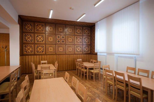 Obecní sál ve Zbyslavicích září po nákladné rekonstrukci novotou. Jeho dominantami jsou pódium soponou na přední a venkovská panoramatická freska na zadní stěně.