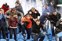 Utkání Baník - Sparta provázelo násilí na tribunách. Zápas přerušilo řádění chuligánů, na stadionu zasahovala policie .