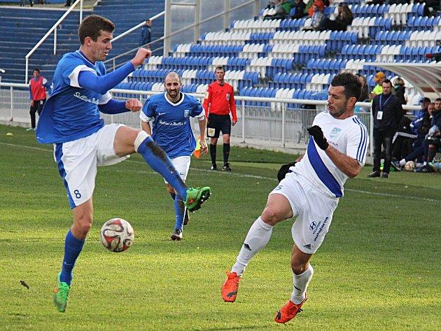 Petr Breda v dresu Vlašimy (v modrém) na snímku s Martinem Vyskočilem z Frýdku-Místku. Ilustrační foto.
