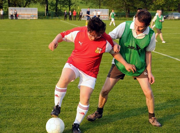 V některém z osmi fotbalových týmů, které vznikly v automobilce Hyundai, hraje kromě českých zaměstnanců také celkem devět Korejců. Jedním z nich je i Jeon Sung-Duk (na snímku vlevo), který si nechává říkat Daniel