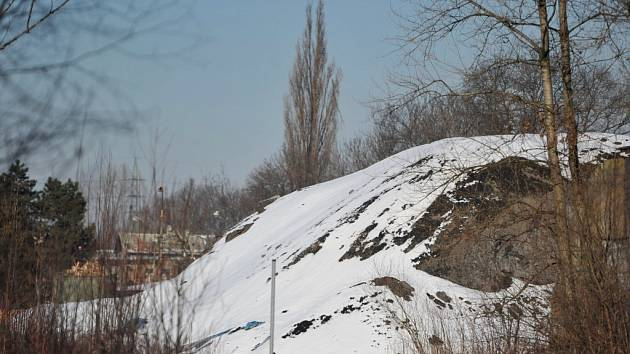 Hromady černé hmoty obtěžují obyvatele Vratimova už několik let.