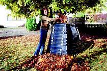 Pomocníci při podzimním úklidu zahrady. Komposter K 700.