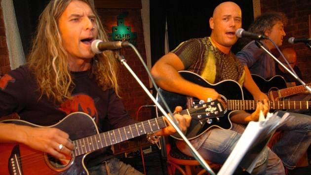 Parta rockerů Legendy se vrací. Frontman Petr Šiška na snímku uprostřed.