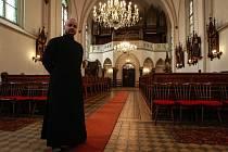 Páter z Hrušova z Hrušova Dominik Girášek se ženil před vysvěcením, což mu umožňuje jít jako duchovnímu cestou, kterou si v životě vybral.