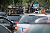 Ilustrační snímek. Auta a frýdecko-místecká kapela Mirai, která uspořádala první největší živý autokoncert v České Republice který se uskutečnil v Dolní Oblasti Vítkovic, 15. května 2020 v Ostravě.
