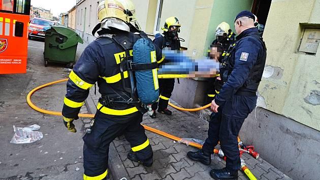 Zásah hasičů při požáru v bytovém domě v Ostravě-Vítkovicích, 27. březen 2019.