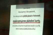 NEBEREME. Tento nepřehlédnutelný nápis je k vidění na dveřích papírnictví v centru Ostravy.