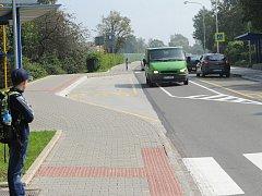 Atypické řešení dopravní situace ve Vratimově. Někteří motoristé si z plné čáry nic nedělají.