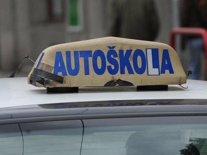 Dlouhé čekací doby na závěrečné zkoušky v Praze se nelíbí ani ministerstvu dopravy. Svedením Prahy se kvůli tomu dostalo do sporu.