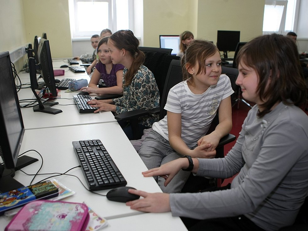 Základní škola a gymnázium PORG sídlí v budově bývalé Základní školy Rostislavova ve Vítkovicích.