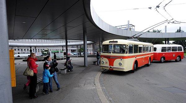 Ostravou vsobotu projížděl historický trolejbus. Zájemci absolvovali okružní trasu vedoucí od vlakového nádraží vOstravě-Přívoze přes sad Boženy Němcové, most Miloše Sýkory a most Pionýrů zpět kvlakovému nádraží.
