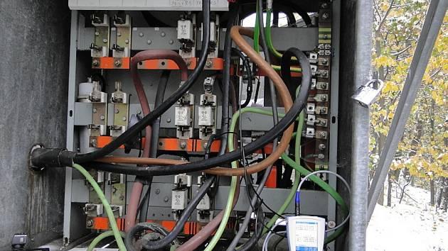 Lidé si myslí, že zásahy do rozvodných sítí a elektroměrů nelze zjistit. Velmi se však mýlí.