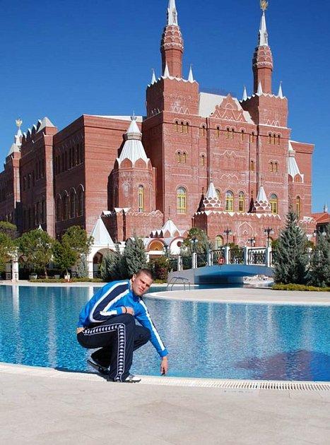 David Bystroň před hotelovým komplexem Kremlin Palace v turecké Antalyi