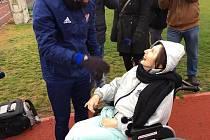 Milan Baroš s obdarovanou seniorkou.
