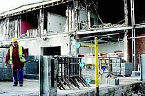 V místě, kde explodoval kotel, tento týden začali dělníci stavět novou část pekárny.