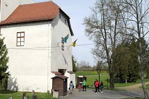 První den obnovené návštěvnické sezony na Slezskoostravském hradě po půlroční přestávce způsobené čínskou nákazou. Ostrava, 4. května 2021.