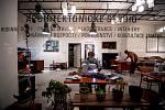 Zaměstnanci i dobrovolníci šijí roušky v architektonické ateliéru Vestibul Interiér protože je jich nedostatek, 23. března 2020 v Ostravě. Vláda ČR schválila od půlnoci 18. března 2020 platí povinnost nosit na veřejnosti ochranné prostředky dýchacích cest