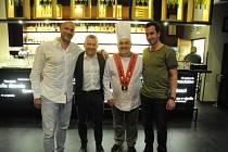 V PIZZERII COLOSEUM vařil v minulém týdnu jeden večer i známý italský kuchař Sergio Ferrarini
