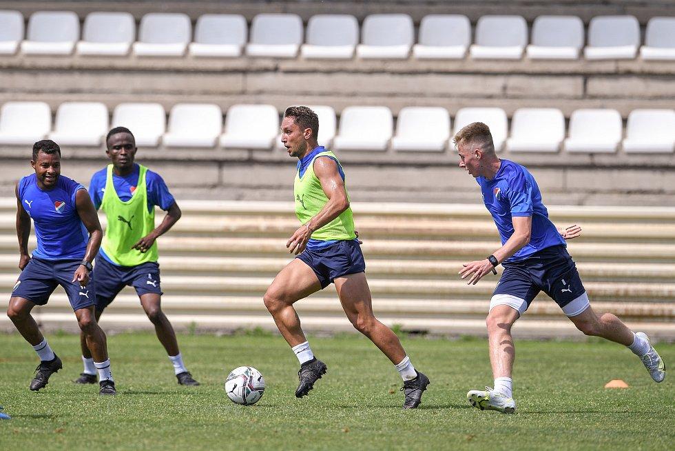 První trénink fotbalového týmu FC Baník Ostrava, 21. června 2021 v Kroměříži. Na snímku zleva Dyjan Carlos de Azevedo, Yira Sor, Adam Jánoš a Jaroslav Harušťák.