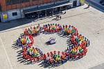 V Dolních Vítkovicích se v pátek dopoledne objevil obří model nukleové kyseliny, známé jako DNA.