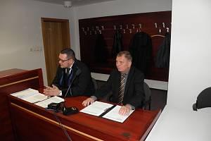 Starosta Kyjovic Ctibor Vajda ( během zahájení hlavního líčení – vpravo vedle svého obhájce) vinu odmítl.