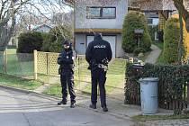 Dům, ve kterém střelec vyrůstal a v poslední době sem pravidelně dojížděl, v úterý hlídala policie.