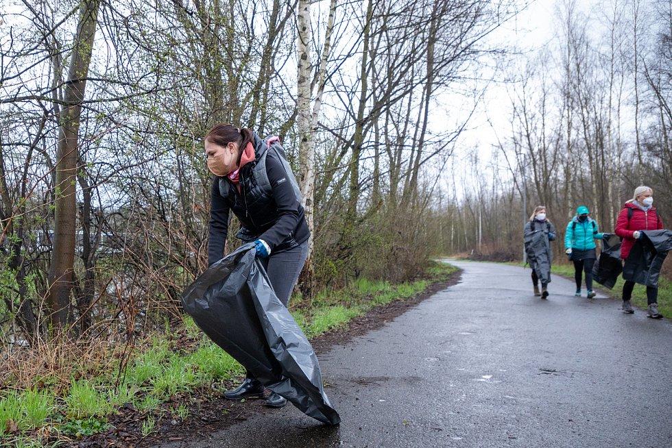 Pojďte s námi uklízet Ostravu. To byla dobrovolnická akce, jejíž cílem bylo uklidit okolí od odpadků a nepořádku kolem Slezskoostravského hradu, 17. dubna 2021 v Ostravě. Náměstkyně primátora Andrea Hoffmannová.
