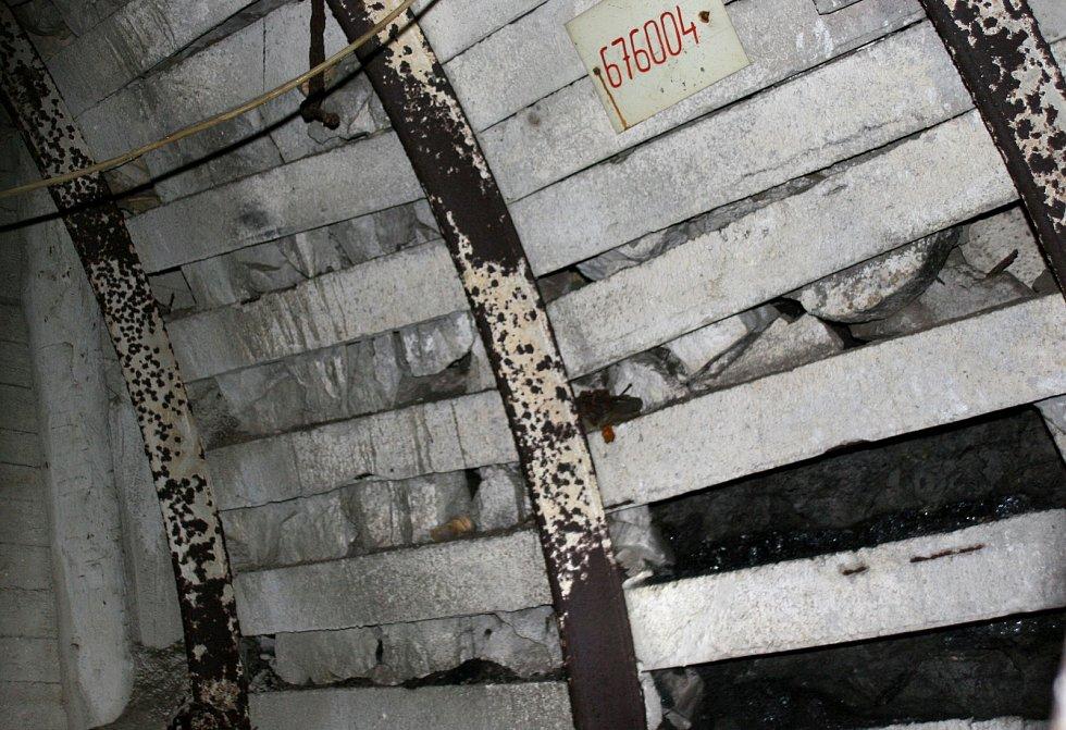 UHLÍ z Ostravy, propadlo mezi pažením (vpravo dole) a hajcmany.