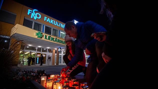 Pietní místo. Za oběti střelby ve fakultní nemocnici v Ostravě 10. prosince 2019 začali lidé před hlavním vchodem ještě ten den zapalovat svíčky.