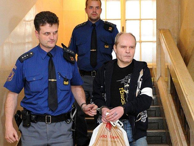 Šestačtyřicetiletého Ladislava Krajčíka ze Studénky poslal Krajský soud v Ostravě za pokus o vraždu na 25 let za mříže.