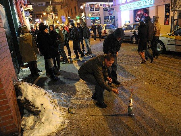 Rušno bylo během silvestra i ve Stodolní ulici, kde se kolem půlnoci z přilehlých barů a restaurací vyhrnuly tisíce lidí.